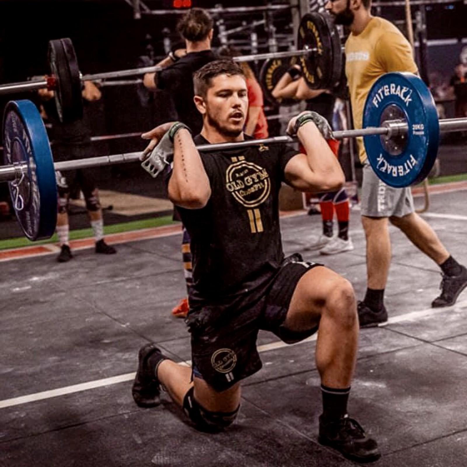 Jordan Krstic en oeuvre sur une séance Crossfit : lunge front rack